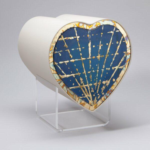 design-herzurne-sonnenstrahlen-auf-blau
