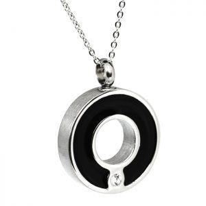 Anhänger Kreis schwarz abgesetzt mit einem Zirkonia Stein verziert
